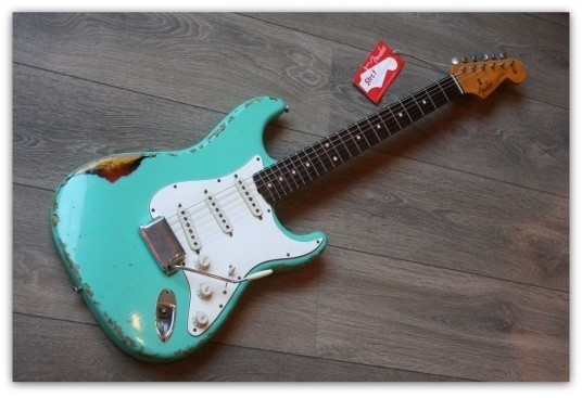 ´62 Stratocaster Relic Overspray Surf Green sobre tres tonos sunburst Custom Shop Limited Edition